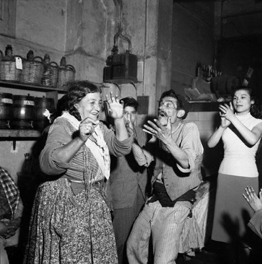 Indalencio Amaya i La Anika. Revetlla de Sant Joan a  la bodega <em>Ca la  Rosita</em>. Barcelona,  <em>ca.</em> 1960