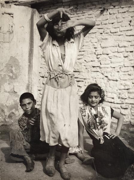 Passatge de la Vinyeta.  Barcelona,  <em>ca.</em> 1950 (Els nens asseguts són  la Chunga i el Buzo)
