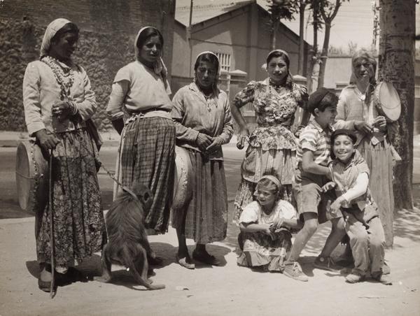 Grup de gitanes hongareses, Barcelona, <em>ca.</em> 1950.