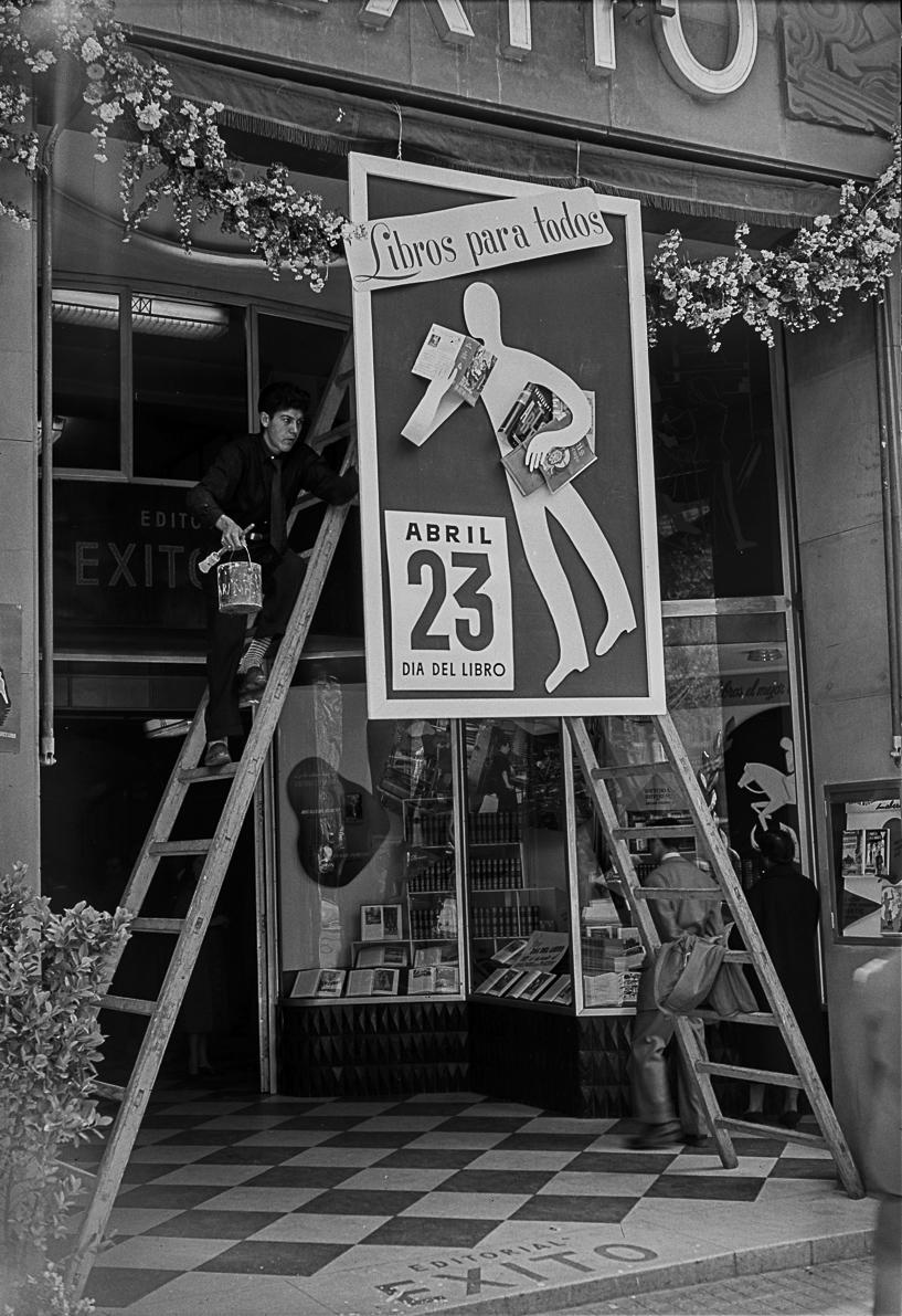 Diada de Sant Jordi. Passeig de Gràcia. Barcelona, 1954