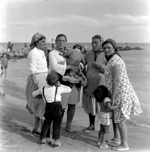 Josefa i Rosario Amaya i familia francesa a les Santes Maries de la Mar. La Camarga. França 1962